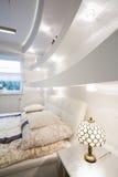 Dure en ontworpen slaapkamer royalty-vrije stock foto's