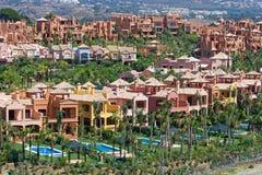 Dure flats en huizen in de stad in Nueva Andalucia in Spanje Royalty-vrije Stock Fotografie