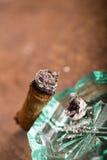 Dure hand-gerolde sigaar op een tijdjeachtergrond Royalty-vrije Stock Afbeeldingen