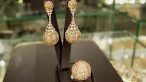 Dure juwelen voor de rijke en beroemde vrouwen op de teller, de oorring, de ring, de tegenhanger, de gouden diamanten en de gemme stock video
