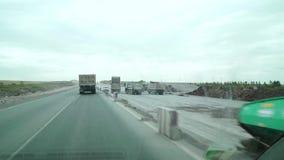 Dure karaganda-Temirtau, Kazachstan Op de rechterkant is de bouw van een nieuwe weg stock videobeelden