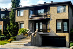 Dure moderne huizen in de stad met reusachtige vensters Royalty-vrije Stock Fotografie