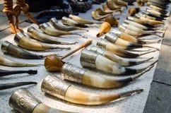 Dure, Oude en gebogen het drinken hoornen op de vlooienmarkt, Geogria Royalty-vrije Stock Foto