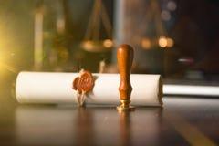 Duren de de notaris` s openbare pen en zegel op testament en zullen Notarishulpmiddelen stock afbeeldingen