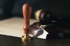 Duren de de notaris` s openbare pen en zegel op testament en zullen Notarishulpmiddelen royalty-vrije stock foto
