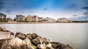 Duressi Albanien kustsikt av stranden arkivfoto