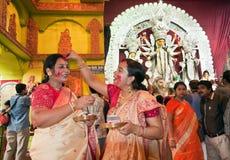Durga Puja Sindur Khela (de ceremonie van Vermiljoenen) Stock Foto's