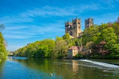 Durham domkyrka- och flodkläder i vår i Durham, England royaltyfri bild