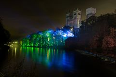 Durham-Flussufer geleuchtet stockbild