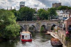 Durham, het Verenigd Koninkrijk - Juli 30, 2018: Mening van Elvet-Brug ove stock foto
