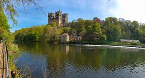 Durham katedra i Rzeczna odzież w wiośnie w Durham, Anglia fotografia stock