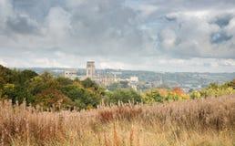 Durham-Kathedrale vom Süden mit einem stürmischen Himmel stockfoto