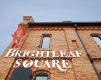 DURHAM NC/USA - 10-23-2018: Brightleaf fyrkantkomplex nära i stadens centrum Durham, som inkluderar restauranger och shoppar, i r royaltyfri fotografi