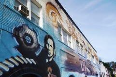 DURHAM NC/USA - 10-23-2018: En byggande väggmålning på huvudsaklig St nära att göra royaltyfria foton