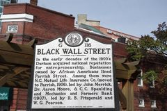 DURHAM NC/USA - 10-23-2018: Historisk markör i Durham NC som beskriver historien av afrikansk amerikanaffärer i arkivbilder