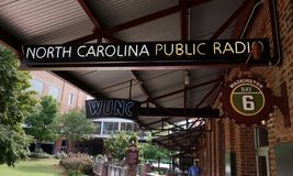 DURHAM NC/USA - 10-23-2018: WUNC NPR-radiostation i det amerikanska tobakkomplexet i i stadens centrum Durham, NC arkivbilder