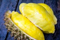 Durian amarillo en el fondo de madera Foto de archivo libre de regalías