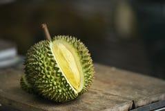 Durian amarillo en la tabla Imagenes de archivo