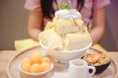 Durian de Bingsu avec la crème glacée de durian et la crème fouettée photographie stock
