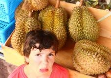 Durian de geur van de Preteenjongen royalty-vrije stock afbeelding