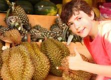Durian del olor del muchacho del preadolescente imagen de archivo libre de regalías