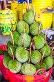 Durian den kontroversiella konungen av tropiska frukter Arkivfoto