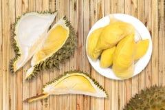 Durian in der weißen Platte auf hölzerner Tabelle Stockfotografie