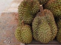 Durian, die in vele aantallen voor verkoop wordt samengebracht royalty-vrije stock fotografie