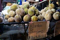 Durian - een exotisch fruit met een zeer onplezierige en scherpe geur wordt verkocht op de markt in Maleisië Geschreven in het be royalty-vrije stock foto's