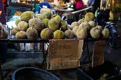 Durian - en exotisk frukt med en mycket otrevlig och skarp lukt säljs på marknaden i Malaysia Skriftligt i bilddurianen royaltyfri fotografi