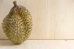 Durian en fondo de madera Fotos de archivo
