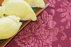 Durian fresco de Monthong en el fondo de madera y rojo marr?n de la tela, fruta estacional tropical, rey de la fruta de Tailandia fotos de archivo libres de regalías