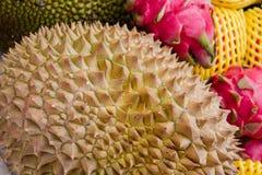 Durian fresco di Monthong sulla fine del mercato su immagini stock