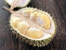 Durian, gelbes Stück von Durian mit grüner und brauner Schale, die meiste Frucht in Südostasien besonders Thailand stockfotografie