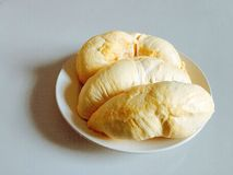 Durian giallo del primo piano in un piatto bianco immagini stock