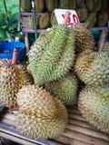 Durian konung av frukter för försäljning på marknad Durian på gatamarknaden Riven sönder smaskig gul durian thai tropiskt för fru royaltyfri foto