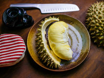 Durian królewiątko owocowy ustawiający na stole Zdjęcie Royalty Free