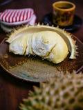 Durian królewiątko owocowy ustawiający na stole Zdjęcia Royalty Free