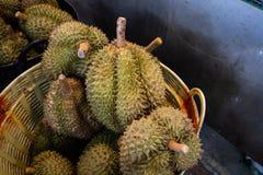 Durian maturo giallo con il tipo tagliente della spina di frutta fresca tropicale Priorità bassa della parete fotografie stock