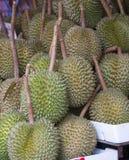 Durian nel mercato - verticale Fotografia Stock Libera da Diritti