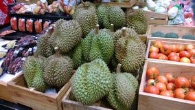 Durian på den lokala fruktmarknaden i Thailand Arkivbilder
