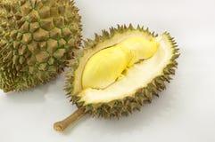 Durian på en vit platta med det gröna grov spikskalet och vitbackgro Arkivfoton