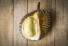 Durian riped - Vers durian schil tropisch fruit op houten achtergrond op de zomer royalty-vrije stock foto