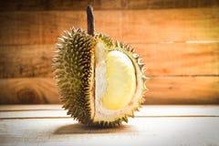 Durian riped/Vers durian schil tropisch fruit op houten op de zomer stock afbeeldingen