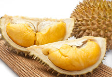 Durian sbucciato isolato su priorità bassa bianca. fotografie stock libere da diritti