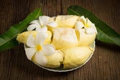 durian skalat moget Konung av frukt Thailand på trätabellen f arkivbild