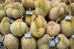 Durian som säljs i varuhus Durianfrukt, som har en smak av Thailand, säljs i en supermarket royaltyfria foton
