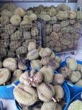 Durian stary i świeży owocowy set wykładał up w klatce i koszu Obraz Royalty Free