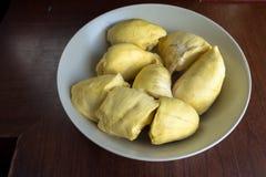 Durian strugający naczynie na drewnianym stole Zdjęcia Stock