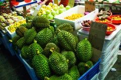 Durian und andere Früchte auf dem Zähler Lizenzfreie Stockbilder